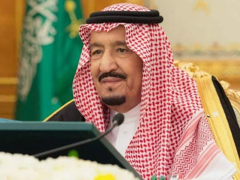 """جثا على ركبته من أجل مصافحته.. """"شاهد"""" هذا ما فعله محمد عبده أمام الملك سلمان وأشعل مواقع التواصل"""