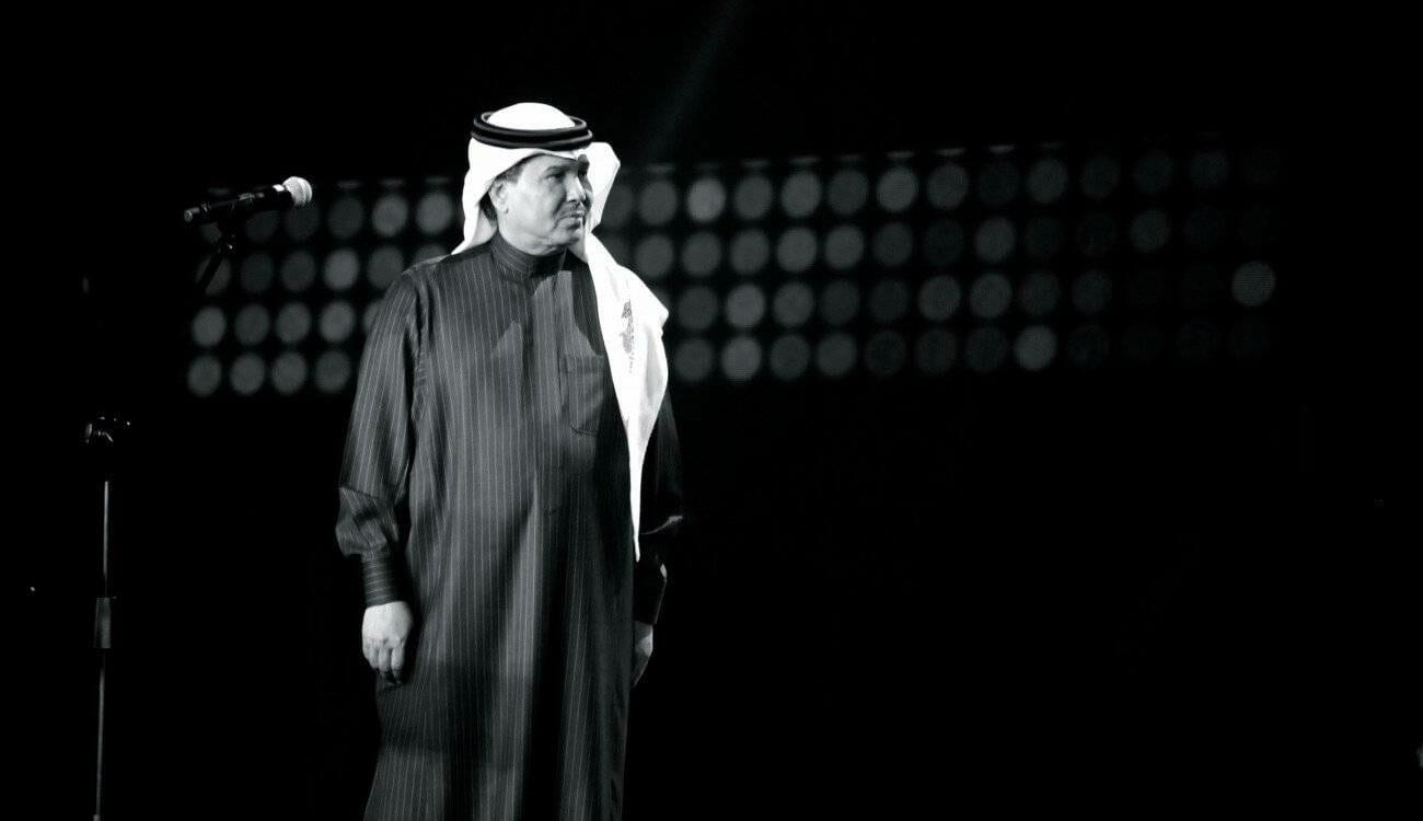"""احتضنوا بعض وتمايلوا مع """"الأماكن"""".. """"شاهد"""" اختلاط ورقص مشترك في حفل للفنان محمد عبده بالسعودية"""