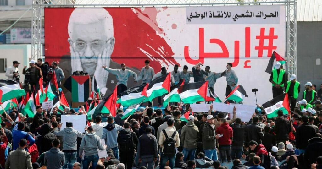 لافتات باسقاط محمود عباس