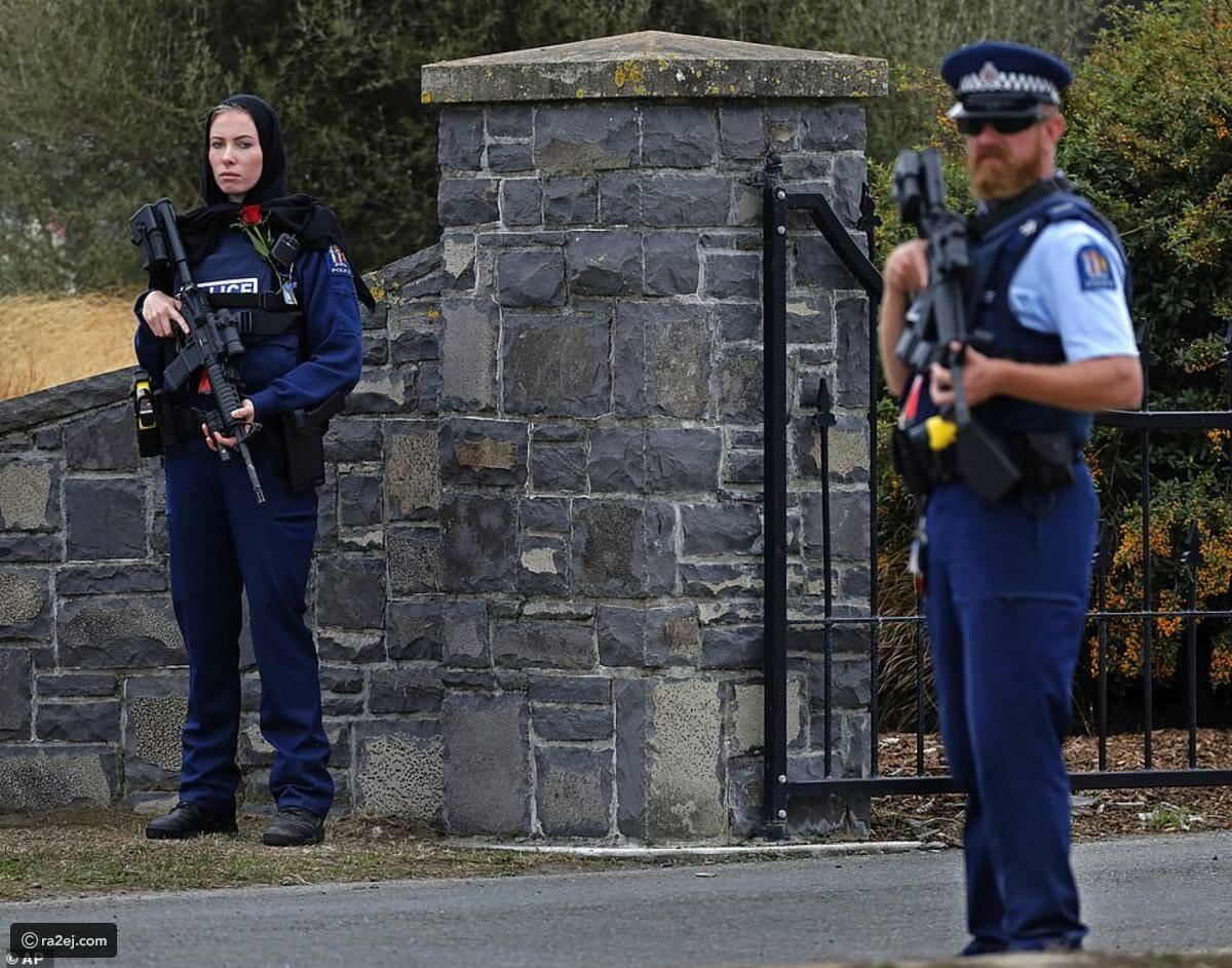 الشرطية النيوزيلندية المرتدية الحجاب تحرس المقبرة التي دفن فيها موتى المذبحة