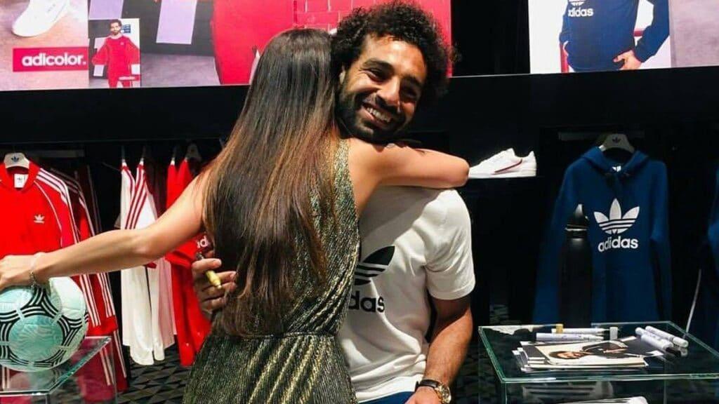 شاهد  صدمة والدة محمد صلاح من صورته وهو يحتضن فتاة في دبي!