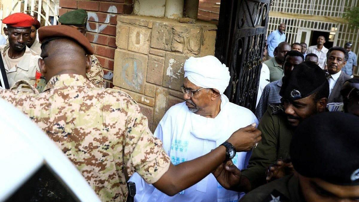 """أودع في الزنزانة """"17"""" التي تعد الأسوأ في سجن كوبر.. هذا ما قاله البشير عن الإمارات والسعودية أمام سجانيه"""