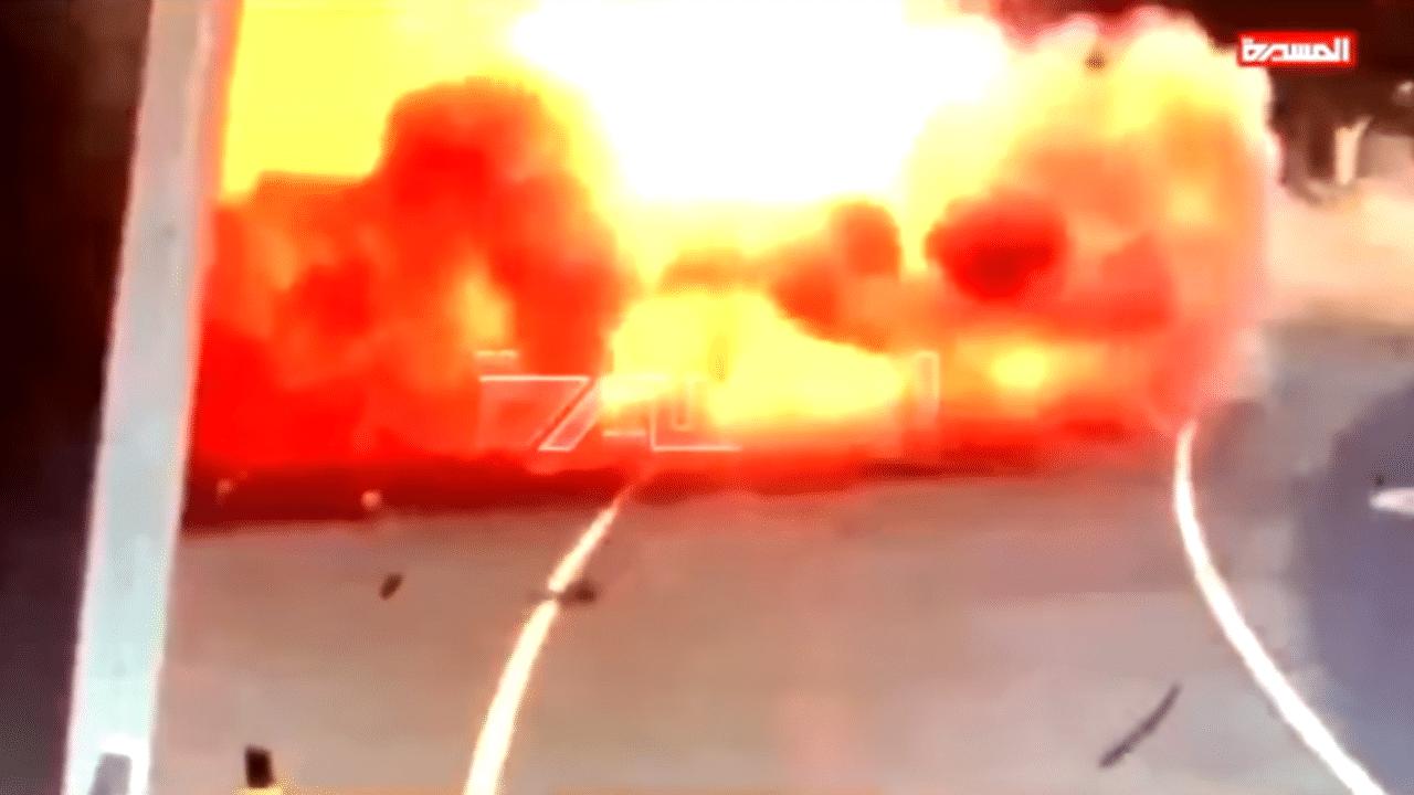 """""""شاهد"""" لحظة استهداف الحوثيين لمطار أبوظبي وتحويل حافلة لنقل الإمدادات إلى كتلة من اللهب"""