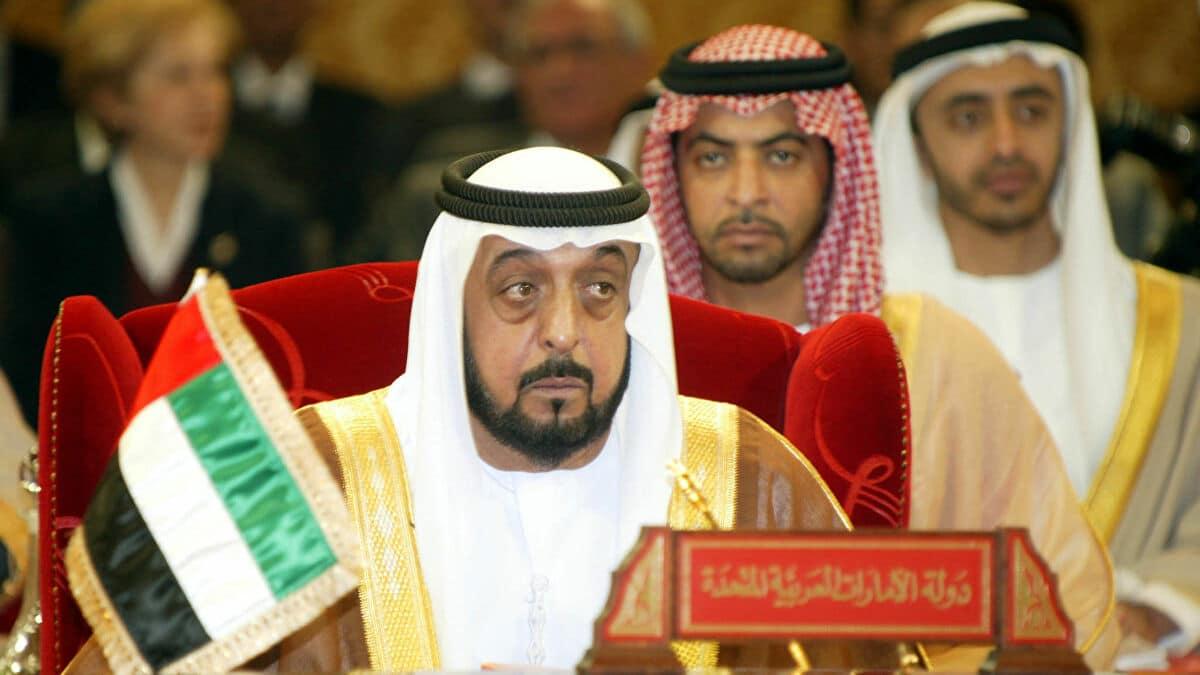 """""""شاهد"""" ظهور جديد للشيخ خليفة مع محمد بن زايد.. ونظرات """"مريبة"""" من طرف ثالث تثير جدلا واسعا"""