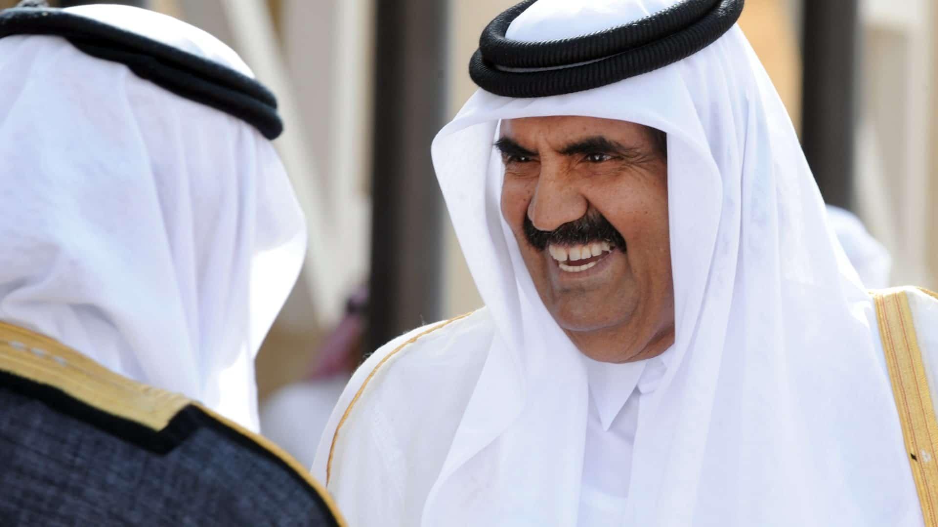 أمير سعودي يتطاول على حمد بن خليفة ويتهمه بالتآمر مع القذافي على السعودية.. هكذا تصدى له القطريون