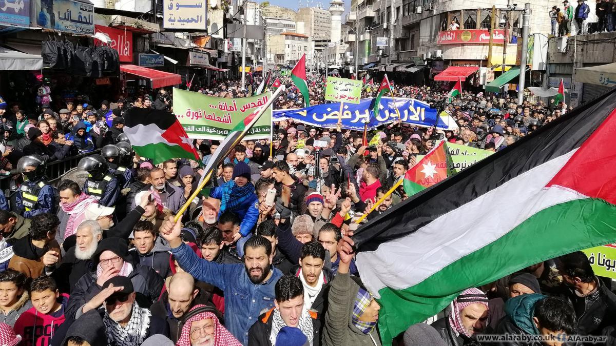 """انطلقت من أمام المساجد.. """"شاهد"""" سيول بشرية تجتاح شوارع الأردن في تظاهرات غاضبة رفضا لصفقة القرن"""