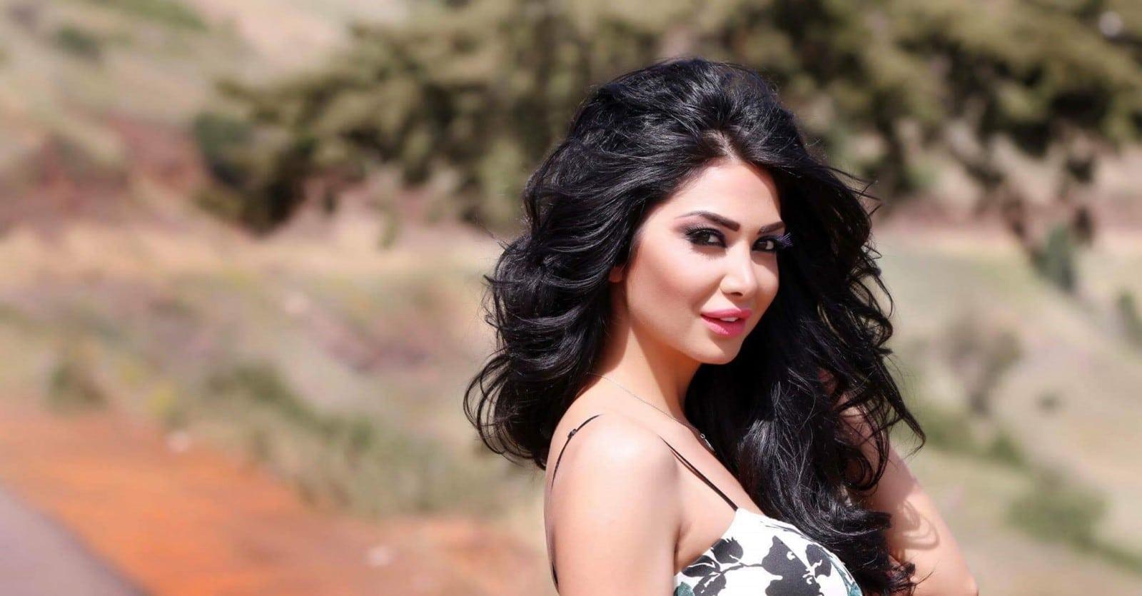 """""""شاهد"""" فنانة سورية شهيرة تثير جدلاً واسعاً بعد ظهورها تستعرض مؤخرتها بطريقة فاضحة ومستفزة!"""