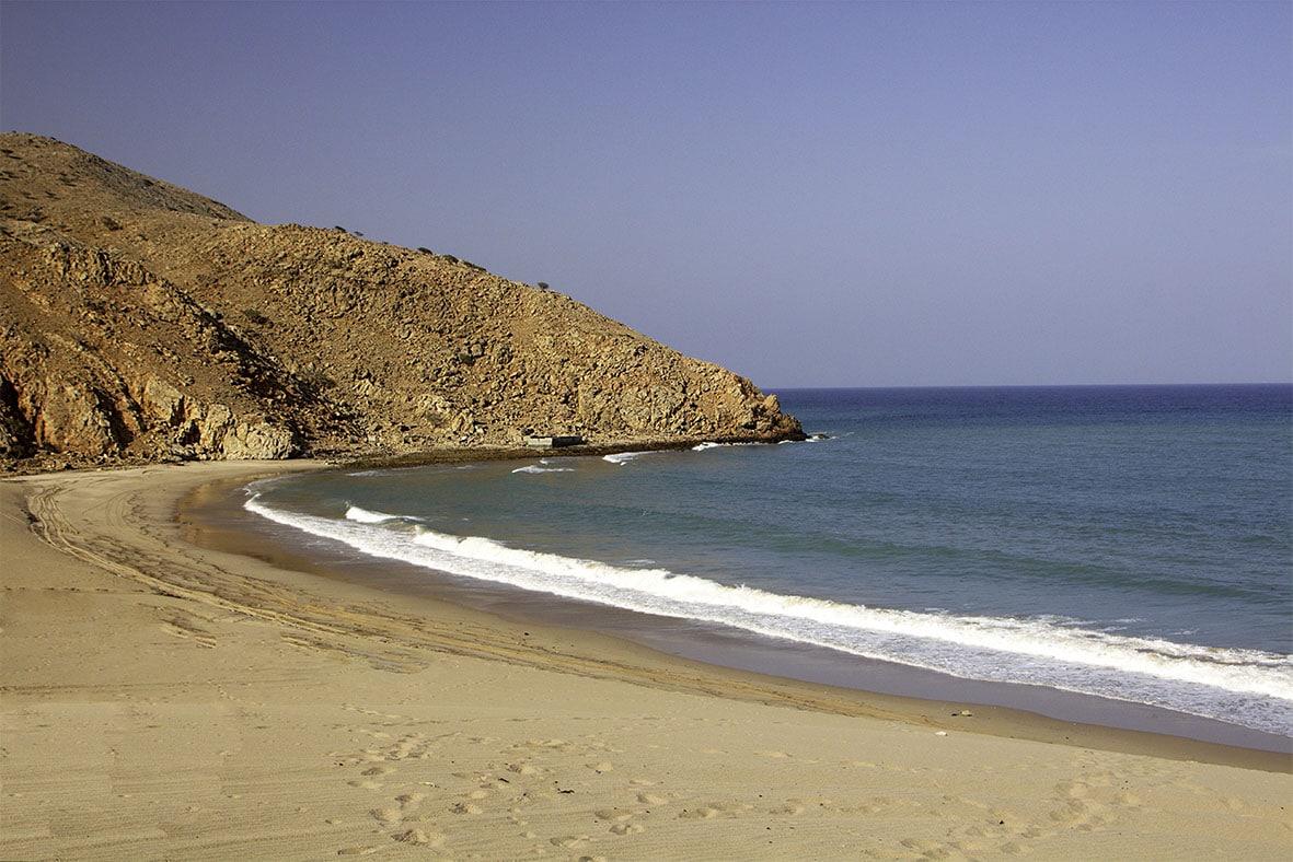 فاجعة في سلطنة عمان .. البحر يبتلع 5 أشخاص خرجوا من ولاية بركاء على متن قارب صيد