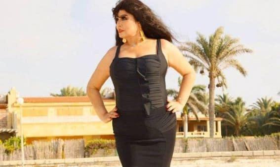 """""""شاهد"""" فيفي عبده بملابس شفافة في وضع مثير من غرفة نومها.. تتحدى الزمن لتثبت أنها ما زالت مغرية!"""