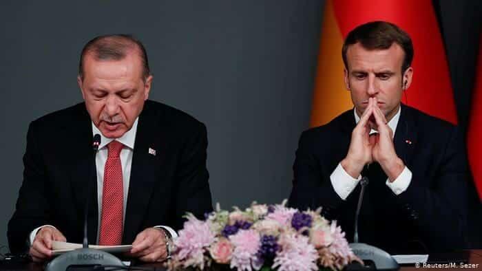 """التافهة """"شارلي إيبدو"""" تنشر رسماً مسيئاً لـ أردوغان بعدما صفع ماكرون ووضع الحذاء في فمه"""