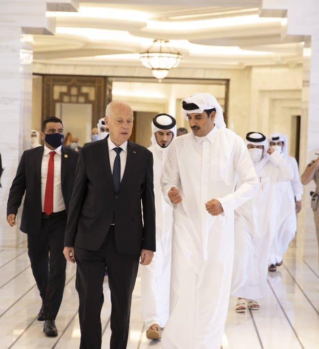 """بعد كشف مخطط للانقلاب بتونس أعده وموله ابن زايد.. """"شاهد"""" أمير قطر يستقبل قيس سعيد في الدوحة"""
