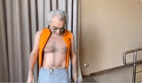 """""""شاهد"""" ظهور الوليد بن طلال العاري يثير جدلاً واسعاً.. هذا ما فعله مع أحد مشاهير """"سناب شات"""" في نيوم!"""