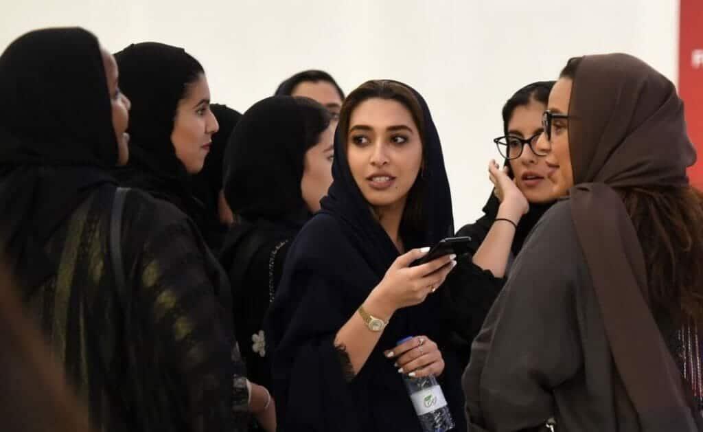 """""""شاهد"""" صحيفة عكاظ تنشر صورا لسعوديات بلا حجاب خلال حضورهن حفل تامر حسني وتثير جدلاً واسعاً"""