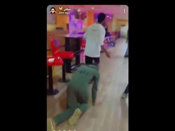 """""""شاهد"""" مشهورة سعودية """"تستعبد"""" شاباً وتطلب منه أن يحبو كالكلب في أحد المطاعم الشهيرة وأمام المارة!"""