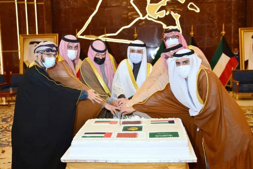 """""""شاهد"""" أيادي سفراء السعودية وقطر والبحرين والإمارات مجتمعة برعاية وزير خارجية الكويت وسفير عُمان"""