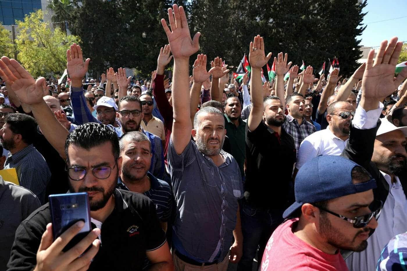 مهزلة بالأردن.. حل نقابة المعلمين وحبس مجلس إدارتها والملك أمر بجعلهم عبرة حتى لا يتجرأ عليه أحد مجددا
