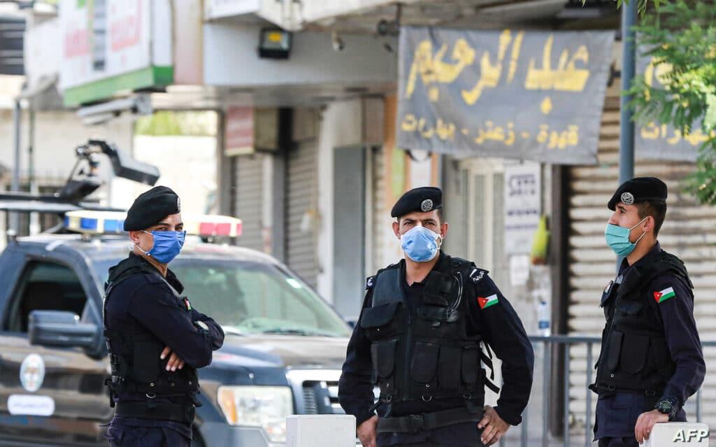 """""""شاهد"""" ماذا فعل سائق أردني على الطريق العام باستخدام """"بلطة""""!"""
