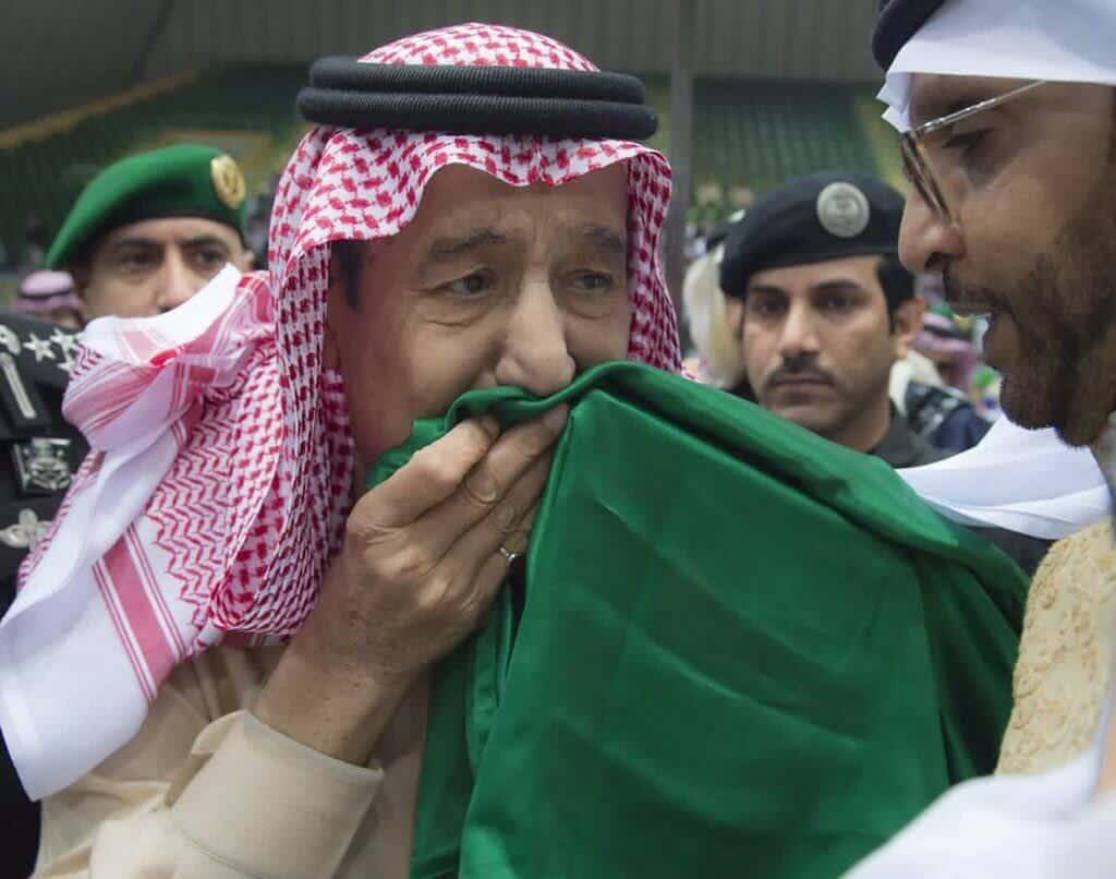 كاتب سعودي يقترح على الملك سلمان إزالة السيف من علم السعودية.. لماذا؟