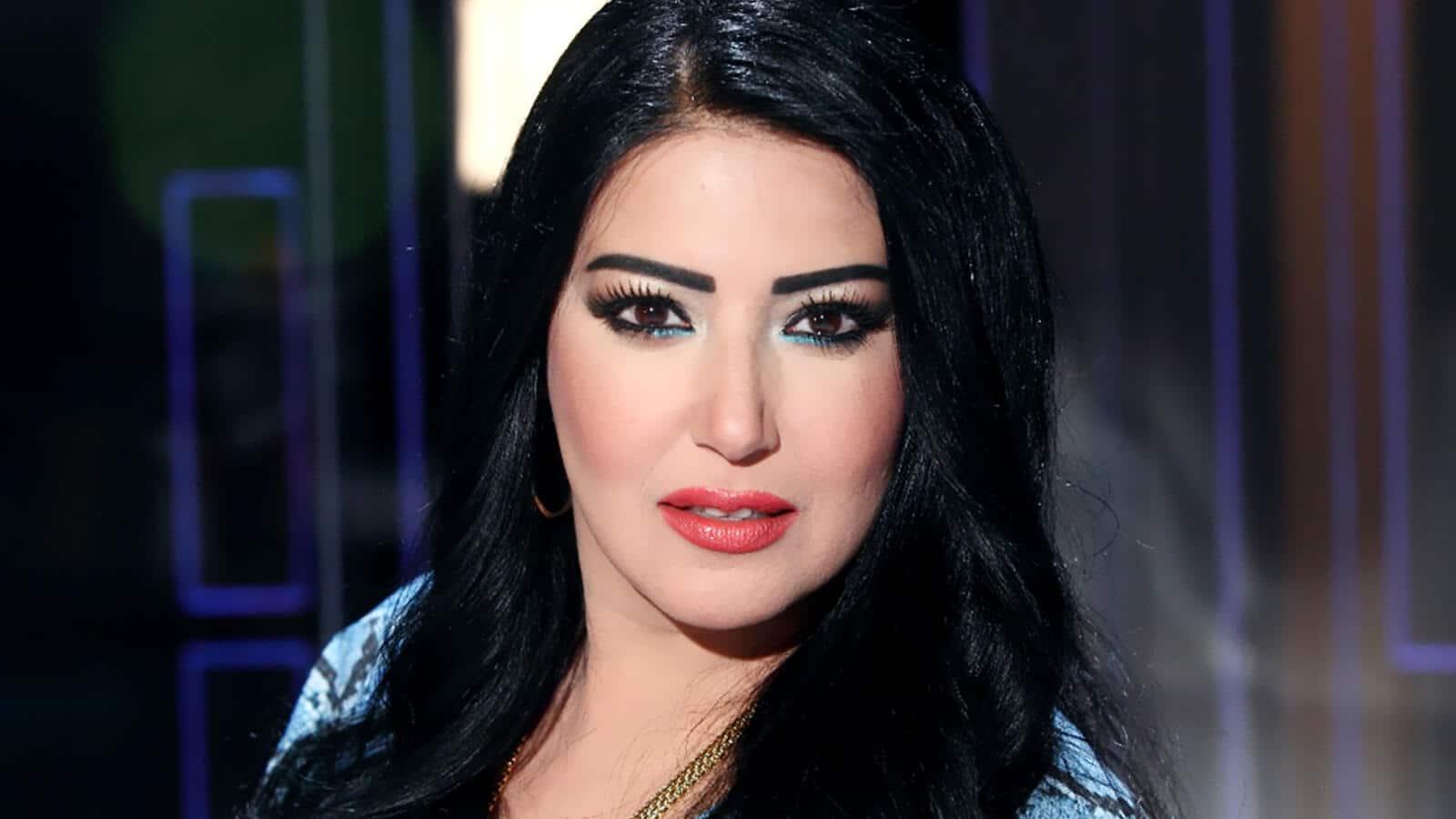 سمية الخشاب تؤدي وصلة رقص مثيرة بفستان مكشوف الصدر والجمهور يتهمها بتقليد فيفي عبده!