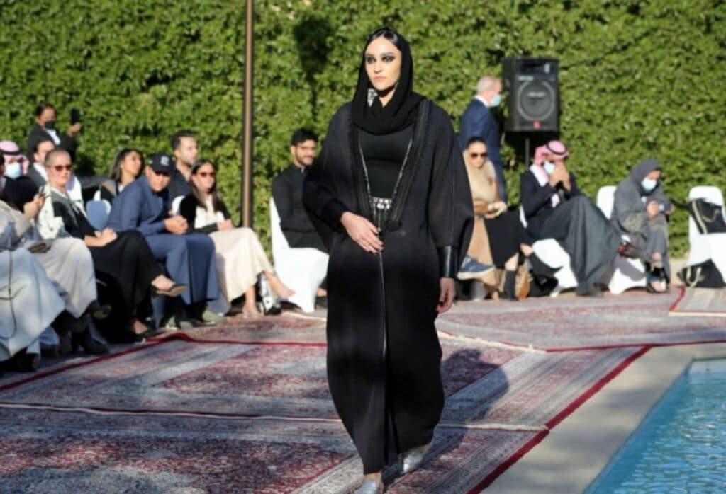 """""""اليوم عبايات وبكرا مايوه!"""" .. شاهد عرض أزياء في السعودية بقيادة أميرة يثير جدلاً!"""