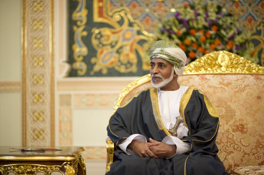 """كيف علّقت كاتبة قطرية بارزة على """"الظرف البُني"""" الذي تركه السلطان قابوس وحدد مصير السلطنة في لحظة تاريخية؟"""