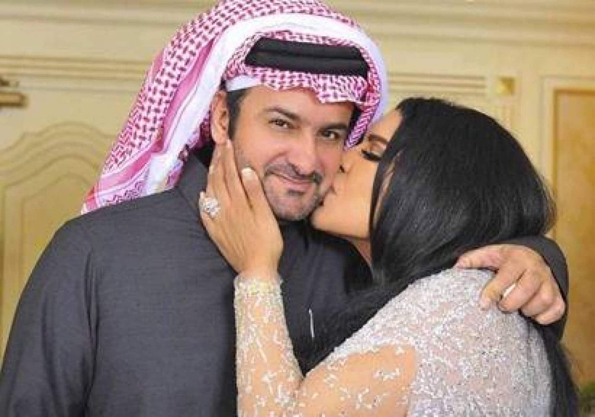 """""""آه يا أبو محمد"""" .. أحلام تمطر زوجها مبارك الهاجري بالقبلات والأحضان بعد غيابه عنها!"""
