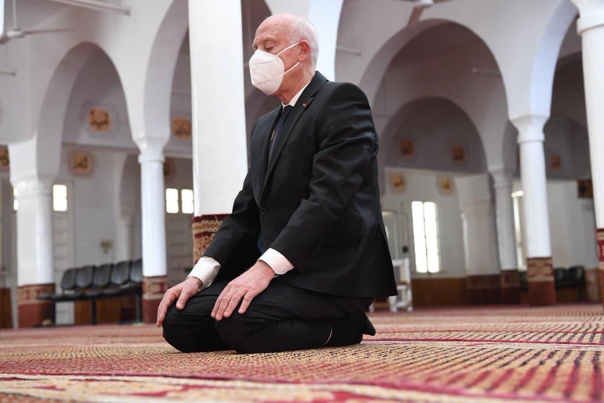 صورة قيس سعيد يصلي في مسقط رأس راشد الغنوشي تثير جدلاً سياسياً