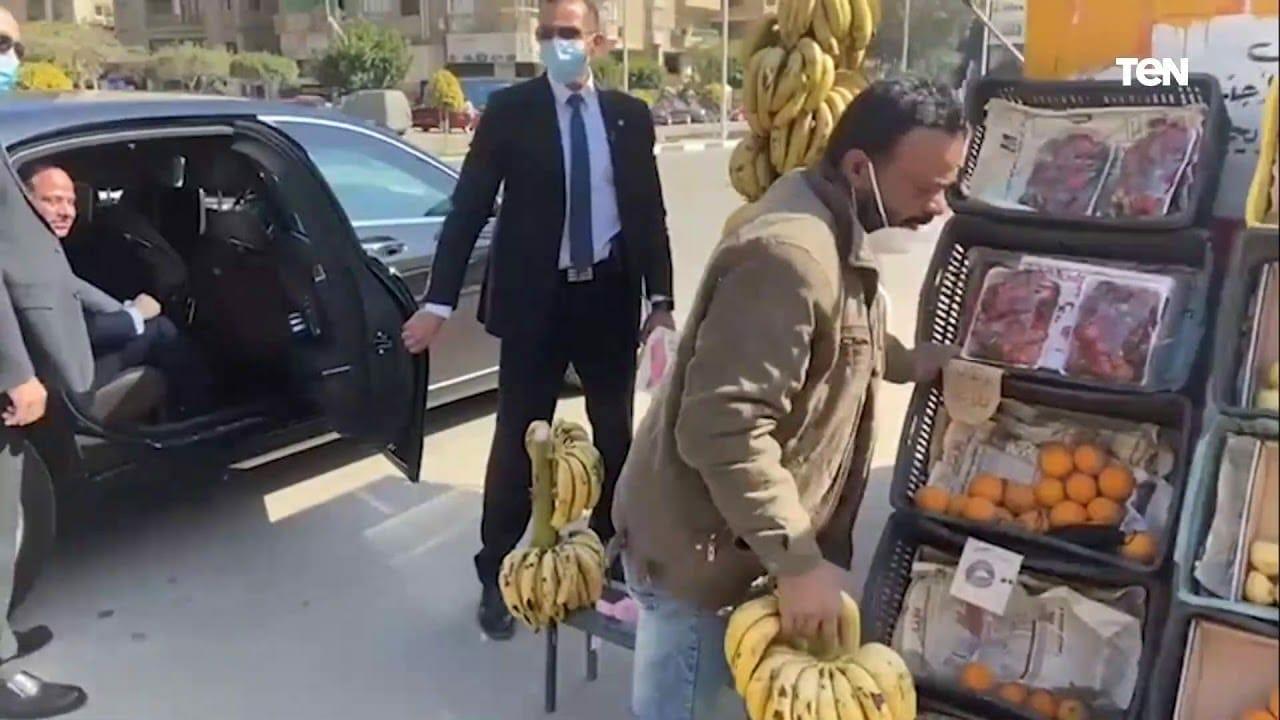 تمثيلية جديدة.. شاهد ما فعله عبدالفتاح السيسي مع بائع فواكه مسكين وأثار جدلاً واسعاً