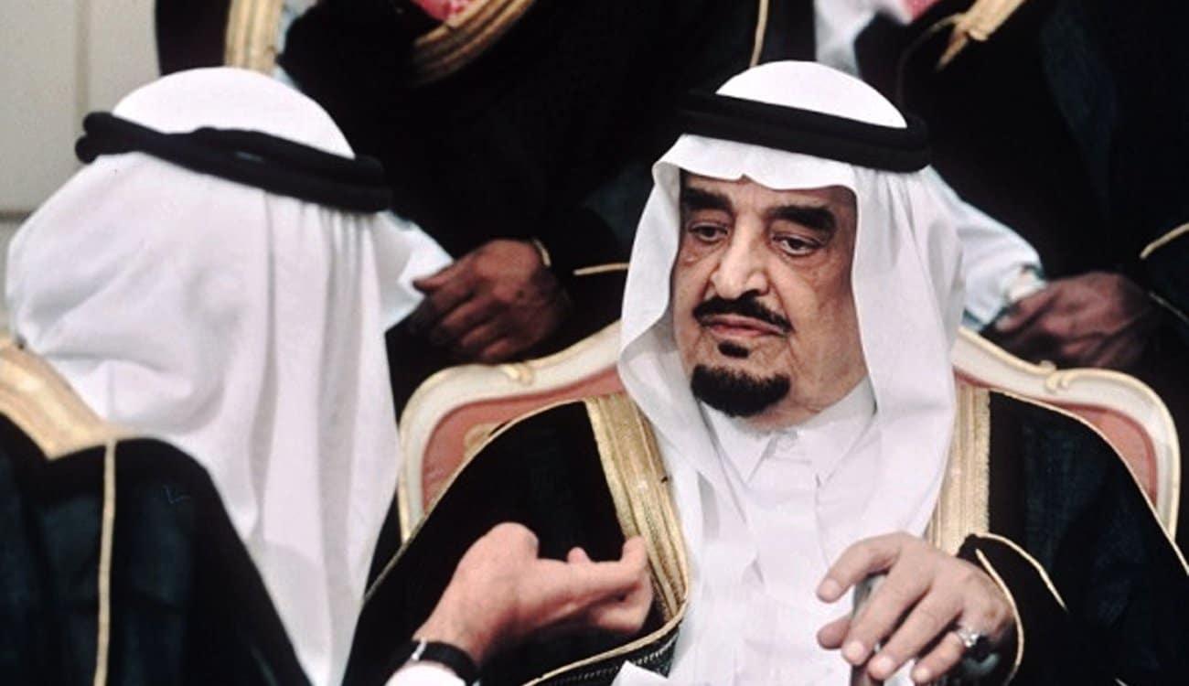 فيديو نادر للملك فهد بن عبدالعزيز وهو يمارس السباحة برفقة نجله