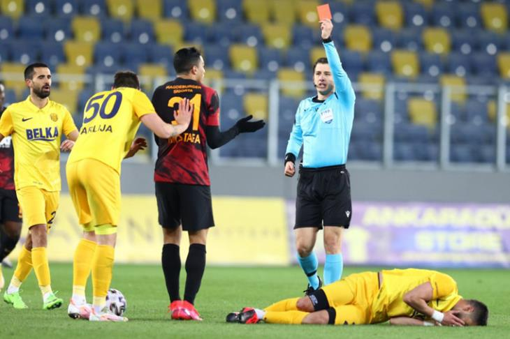 طرد اللاعب مصطفى محمد سيكلفه الكثير في منافسات الدوري التركي نتيجة الغياب