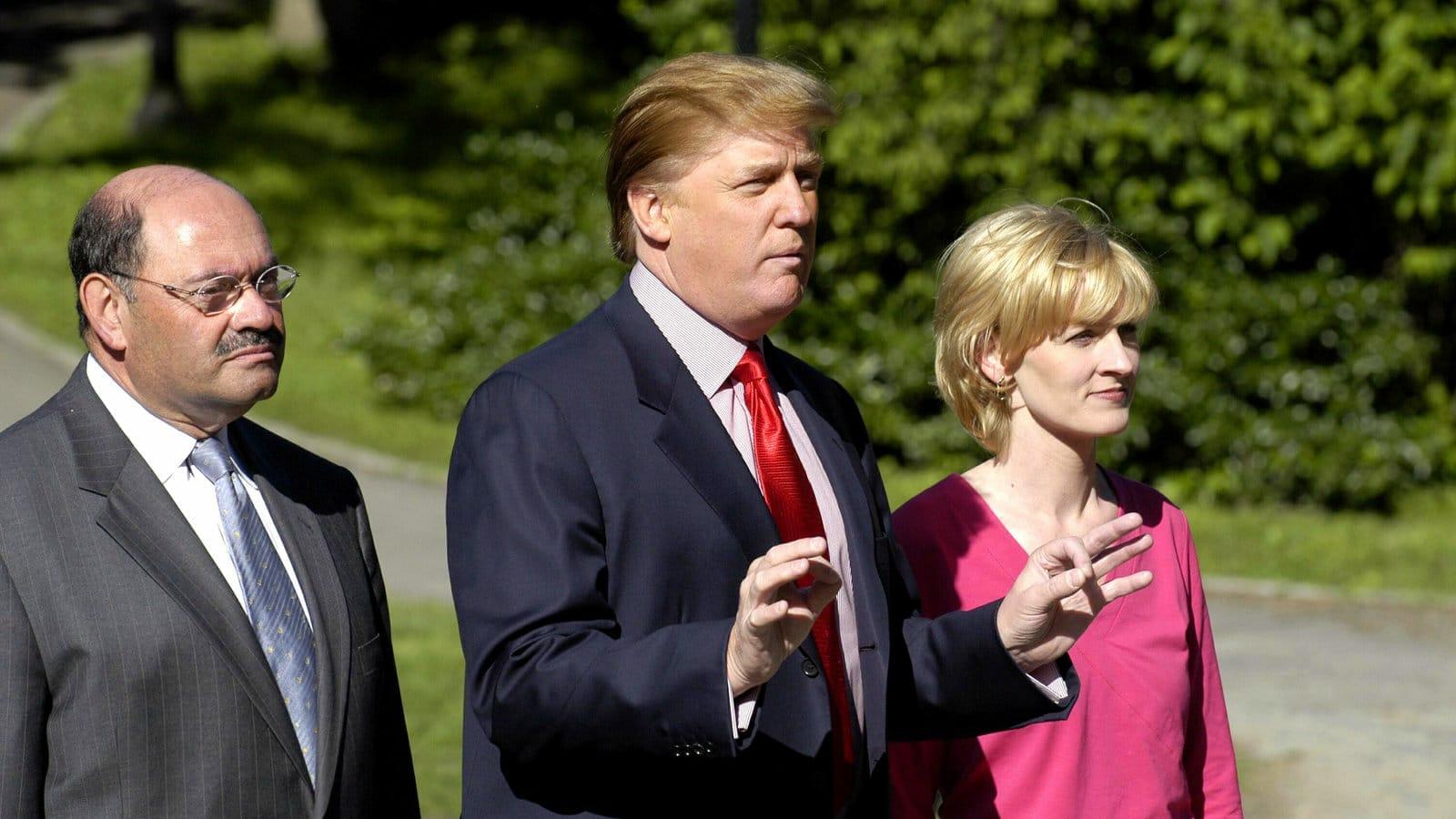 فضيحة مدوية .. ترامب يتحرش بابنة زوجة محاسبه الخاص في عزاء ويعرض صور نساء عاريات!