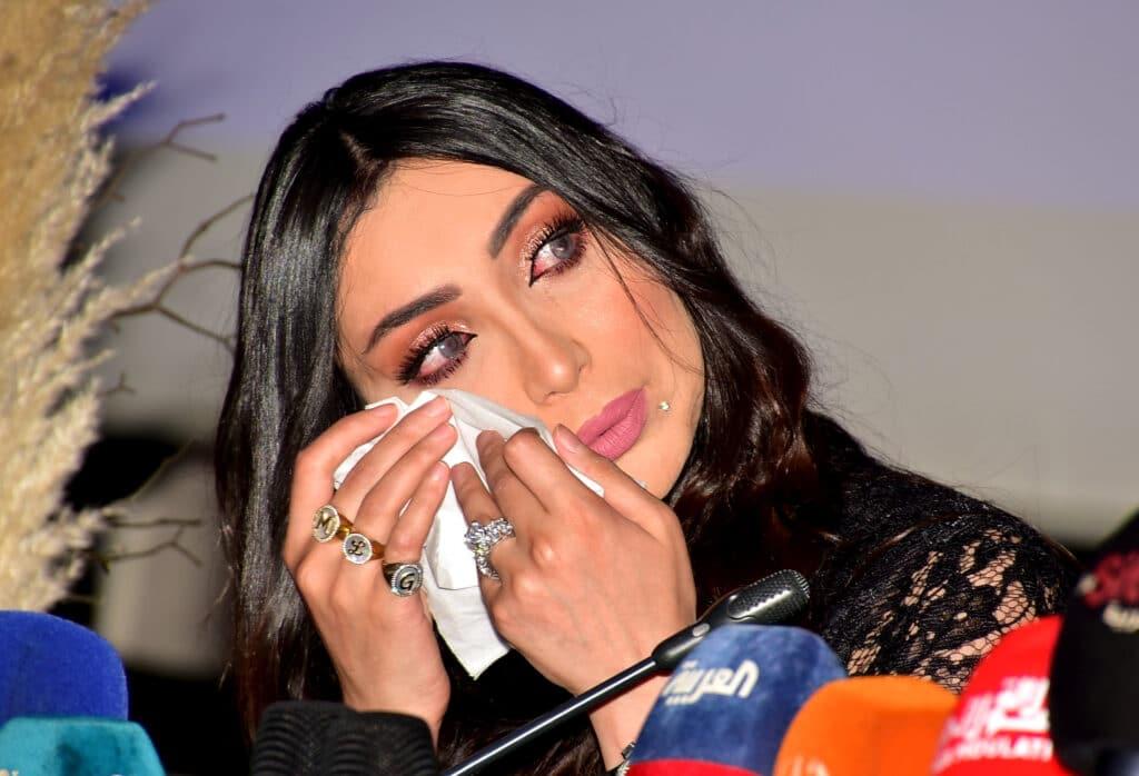 """""""شاهد"""" الفنانة المغربية دنيا بطمة تبكي على الهواء وهذا ما قررته بشأن ابنة زوجها حلا الترك"""