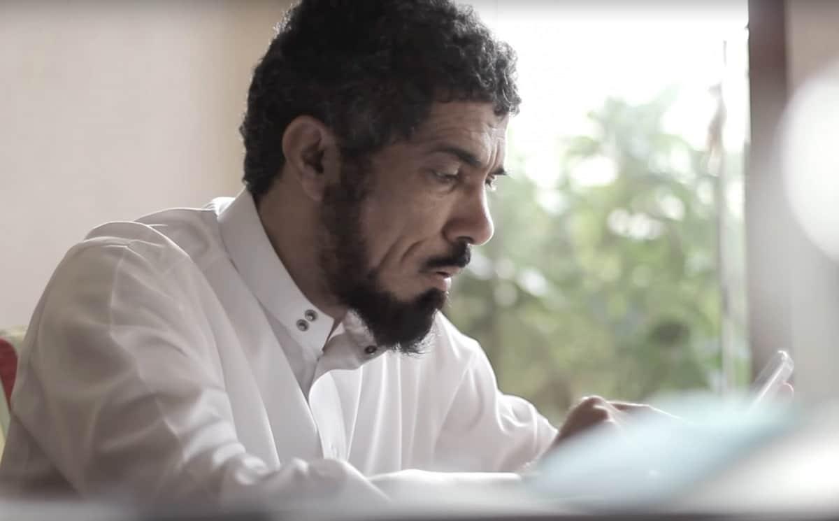 الداعية سلمان العودة يختم القرآن مرة كل أسبوع.. (شاهد) ماذا قال لنجله في مكالمة وهو يضحك