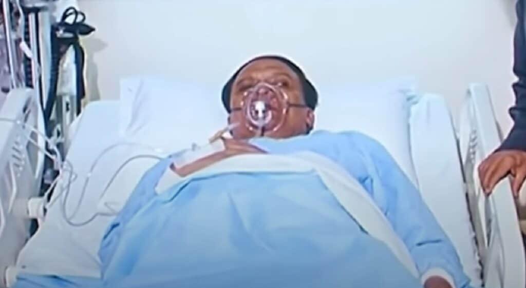 """هل أصيب عادل إمام بـ""""كورونا"""" ووضع على جهاز التنفس الاصطناعي!؟ ولماذا غضبت عائلته!؟"""