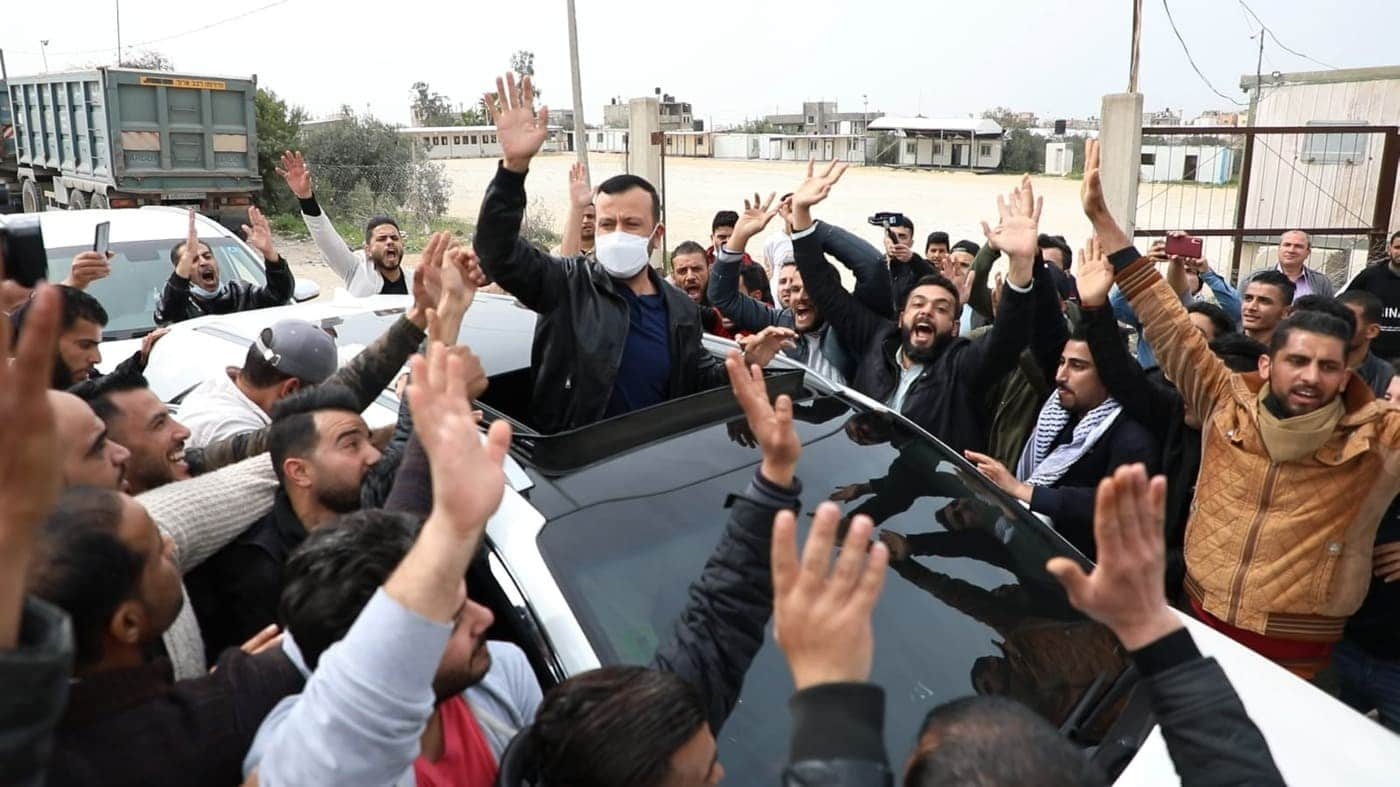 """عائلة فلسطينية تهدر دم """"بوق دحلان"""" في غزة غسان جاد الله وتهدد بقطع رأسه"""