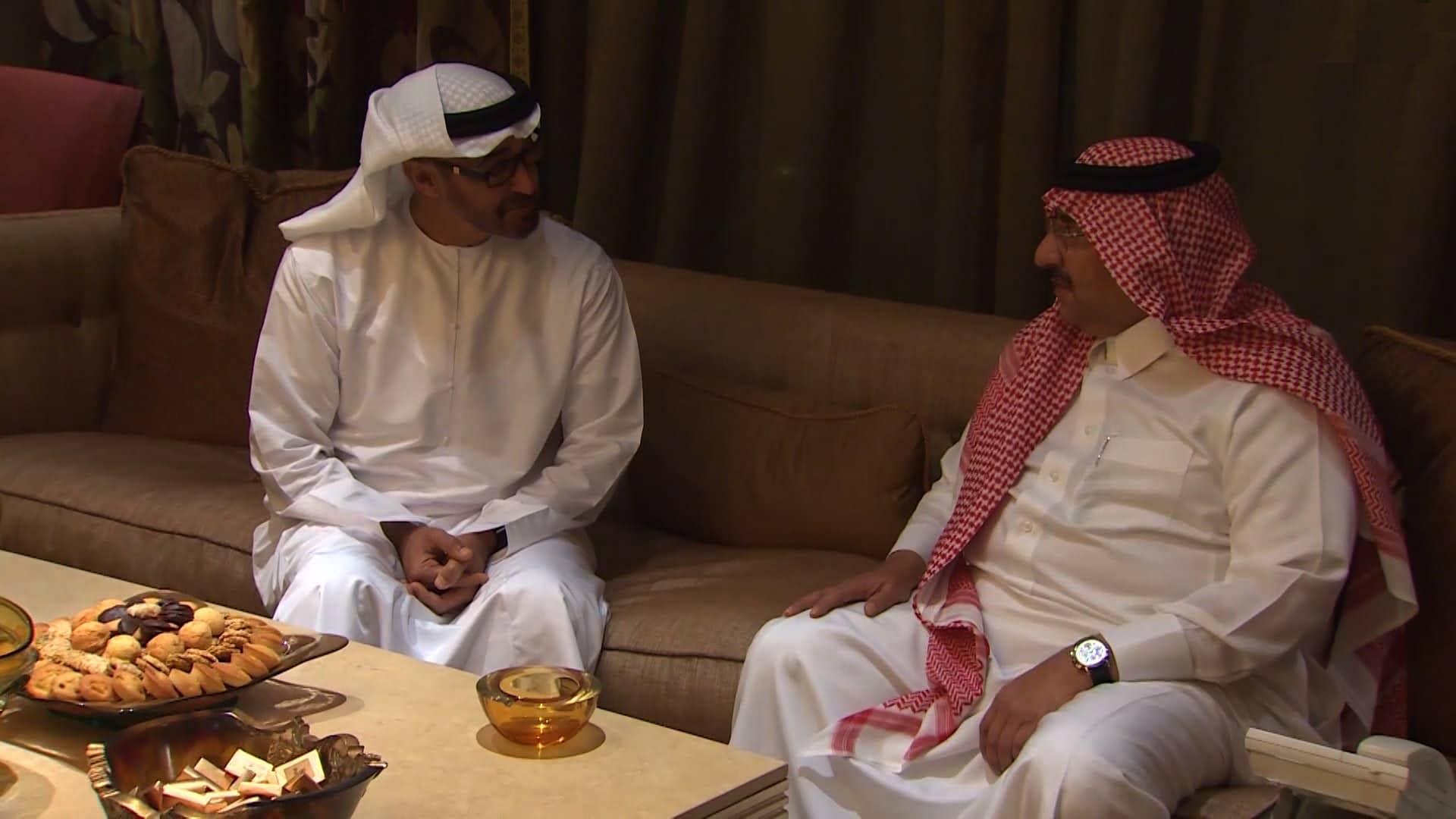 """كان يجلس بين أقدام محمد بن نايف.. """"شاهد"""" كيف استطاع محمد بن زايد الهيمنة على القرار السعودي؟!"""