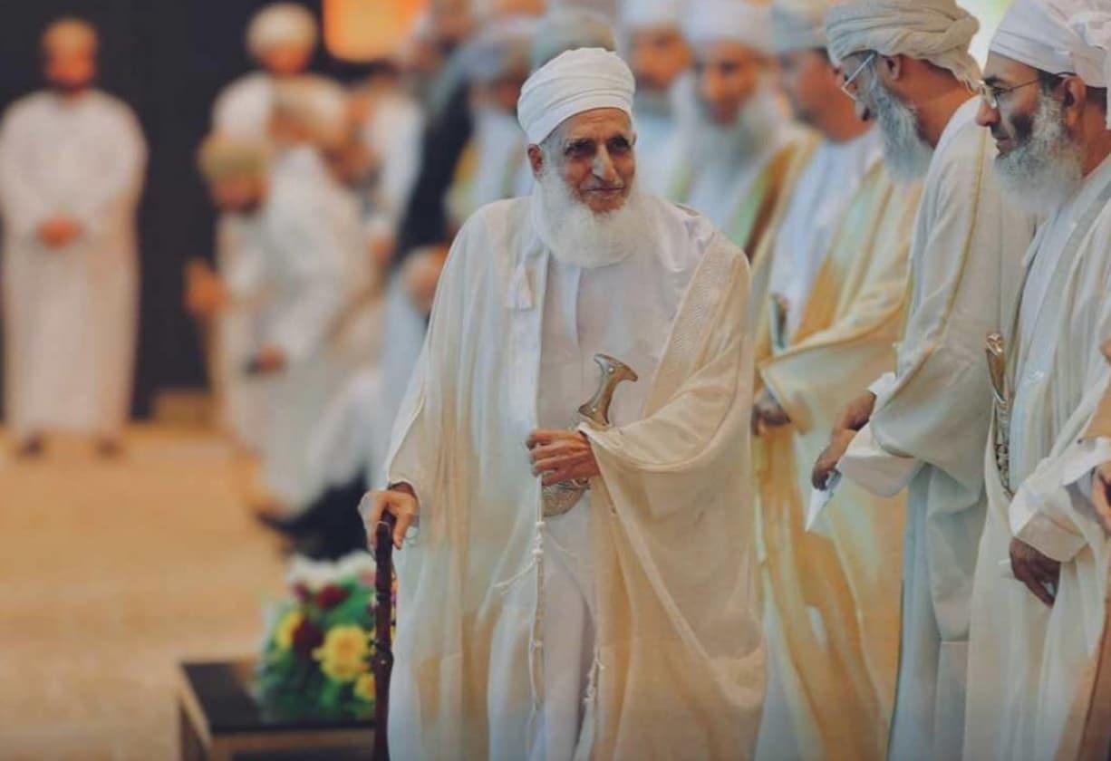 مفتي سلطنة عمان أحمد الخليلي يجمع بين الفساد الإداري والمالي والدعارة في تغريدة وتفاعل واسع