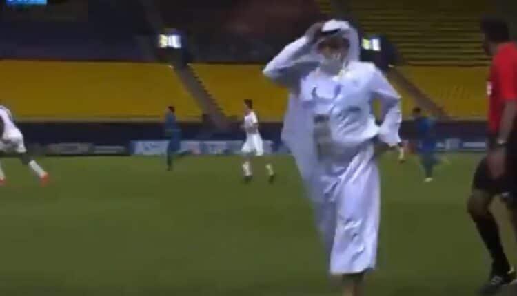 إداري بنادي السد القطري يقتحم الملعب في مباراة فريقه مع النصر السعودي