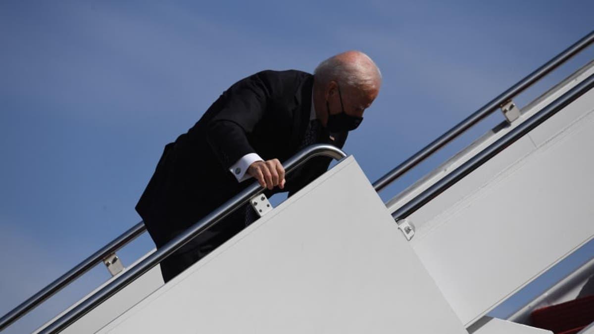 """""""شاهد"""" لحظة تعثر بايدن على مدرج طائرته الرئاسية"""