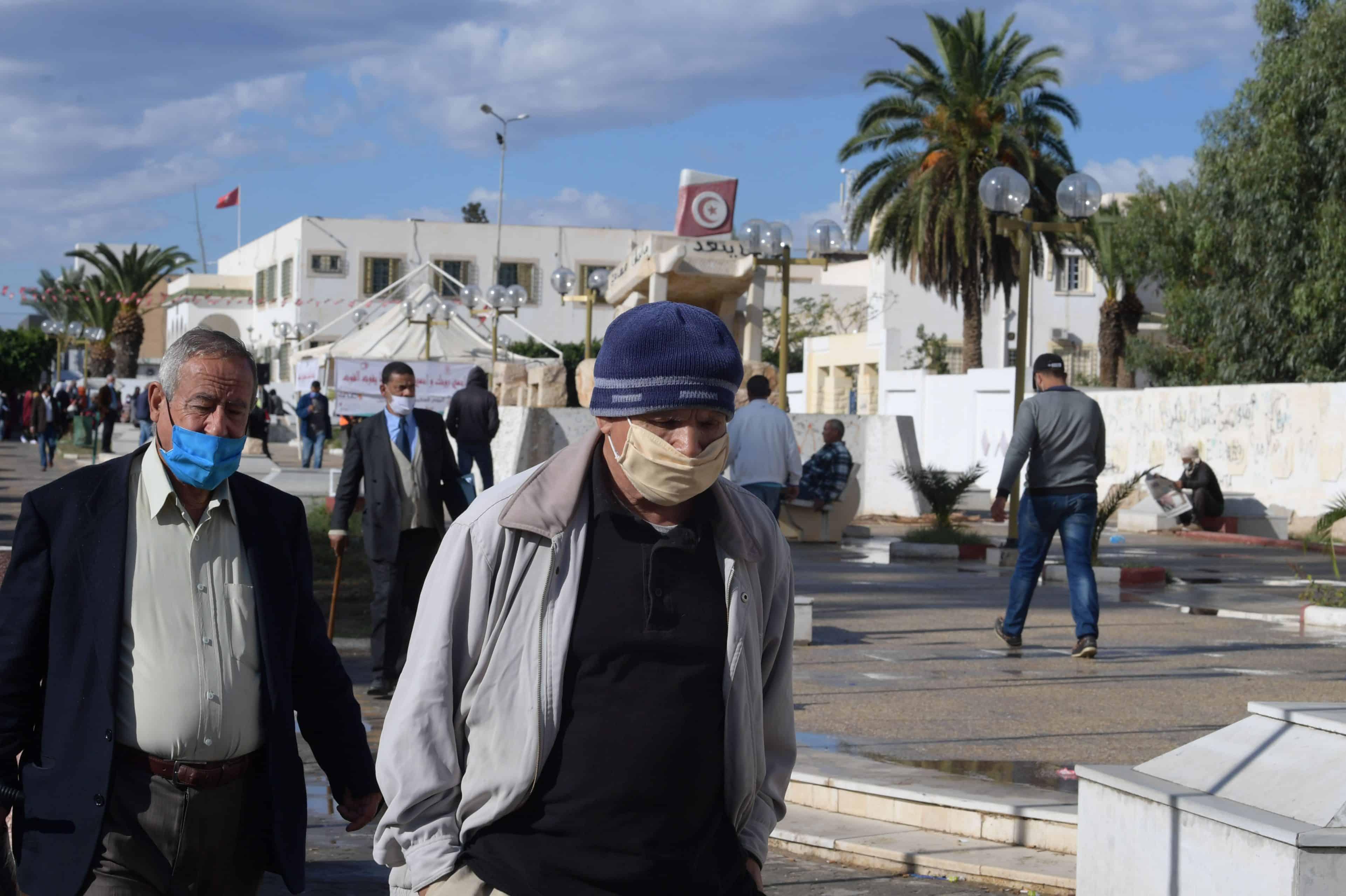 """""""متى سيتوفر لقاح كورونا للسيارات؟"""".. تونسيون يسخرون من قرارات الحكومة الجديدة!"""