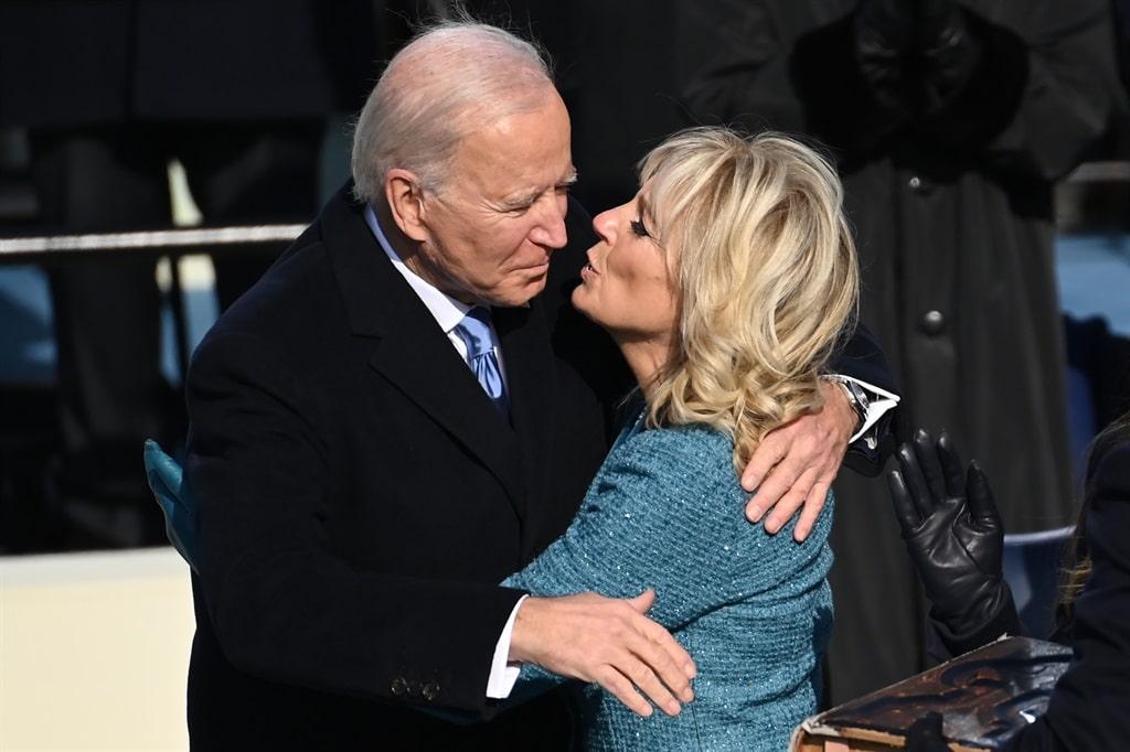 شاهد كيف ولماذا تنكرت جيل بايدن زوجة الرئيس الأمريكي خلال رحلة بالطائرة!