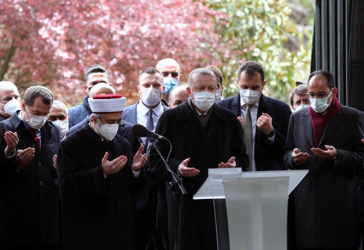 """""""شاهد"""" أردوغان يبهر الحضور بتلاوة قرآنية متقنة في خامس أيام رمضان وتفاعل واسع"""