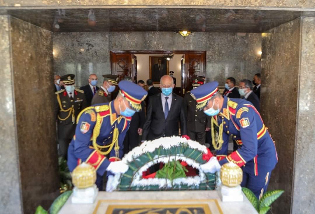 """""""شاهد"""" ما كتبه الرئيس التونسي قيس سعيد على قبر جمال عبد الناصر يثير الجدل"""