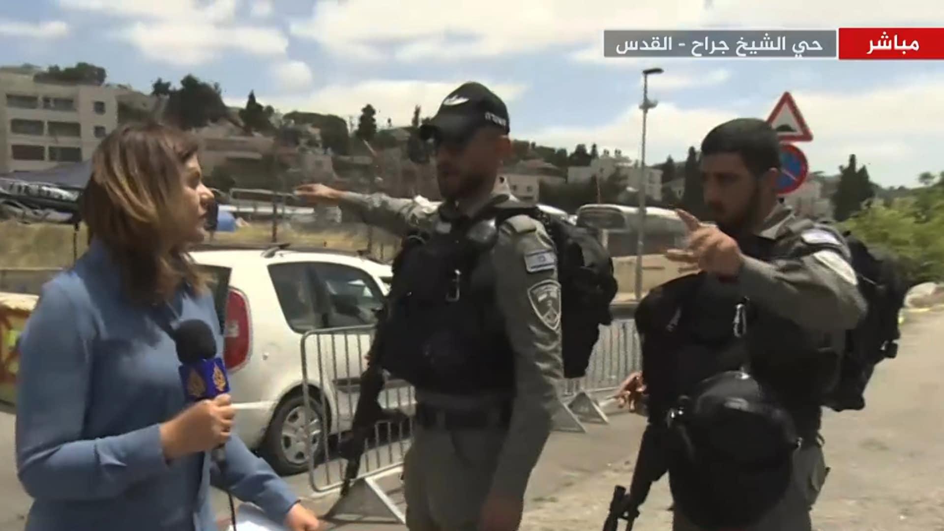هذا ما فعلته مستوطنة مع مراسلة الجزيرة في القدس شيرين أبو عاقلةأثناء بث مباشر (فيديو)