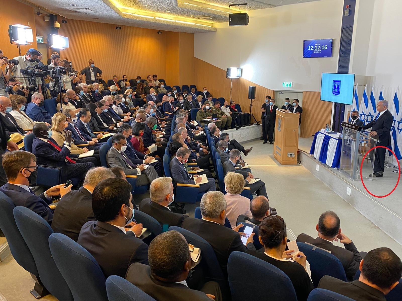 سخرية واسعة من نتنياهو بعدما ظهر يقف على رجل واحدة خلال مؤتمر مع 70 سفيراً ودبلوماسياً