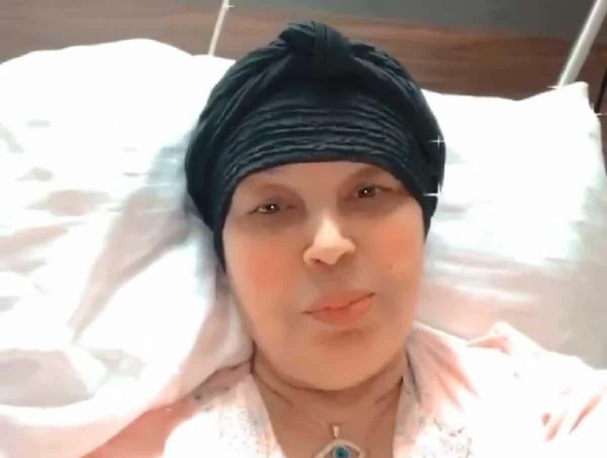 هكذا ظهرت فيفي عبده بعد العملية الجراحية الصعبة.. وضعها لا يطمئن وتتكلم بصعوبة