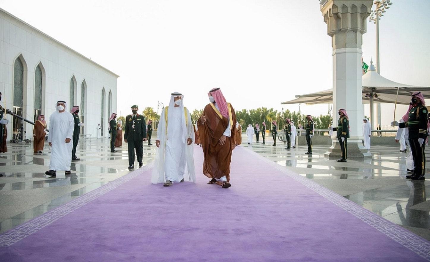 (شاهد) السجاد الملكي الجديد الذي أمر ابن سلمان بفرشه لاستقبال ابن زايد يثير الجدل!