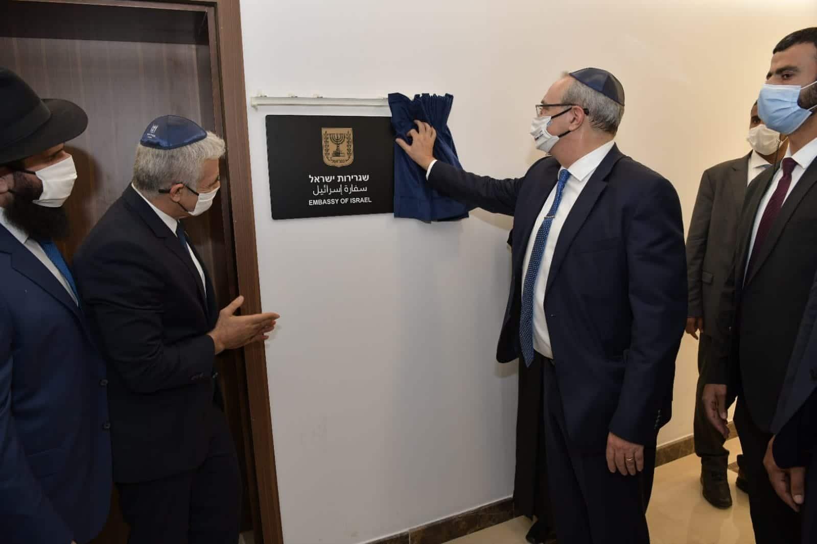 """المسؤولون الإسرائيليون ارتدوا جميعا """"الكيبا"""" اليهودية أثناء افتتاحهم سفارة إسرائيل بالإمارات.. لماذا؟"""