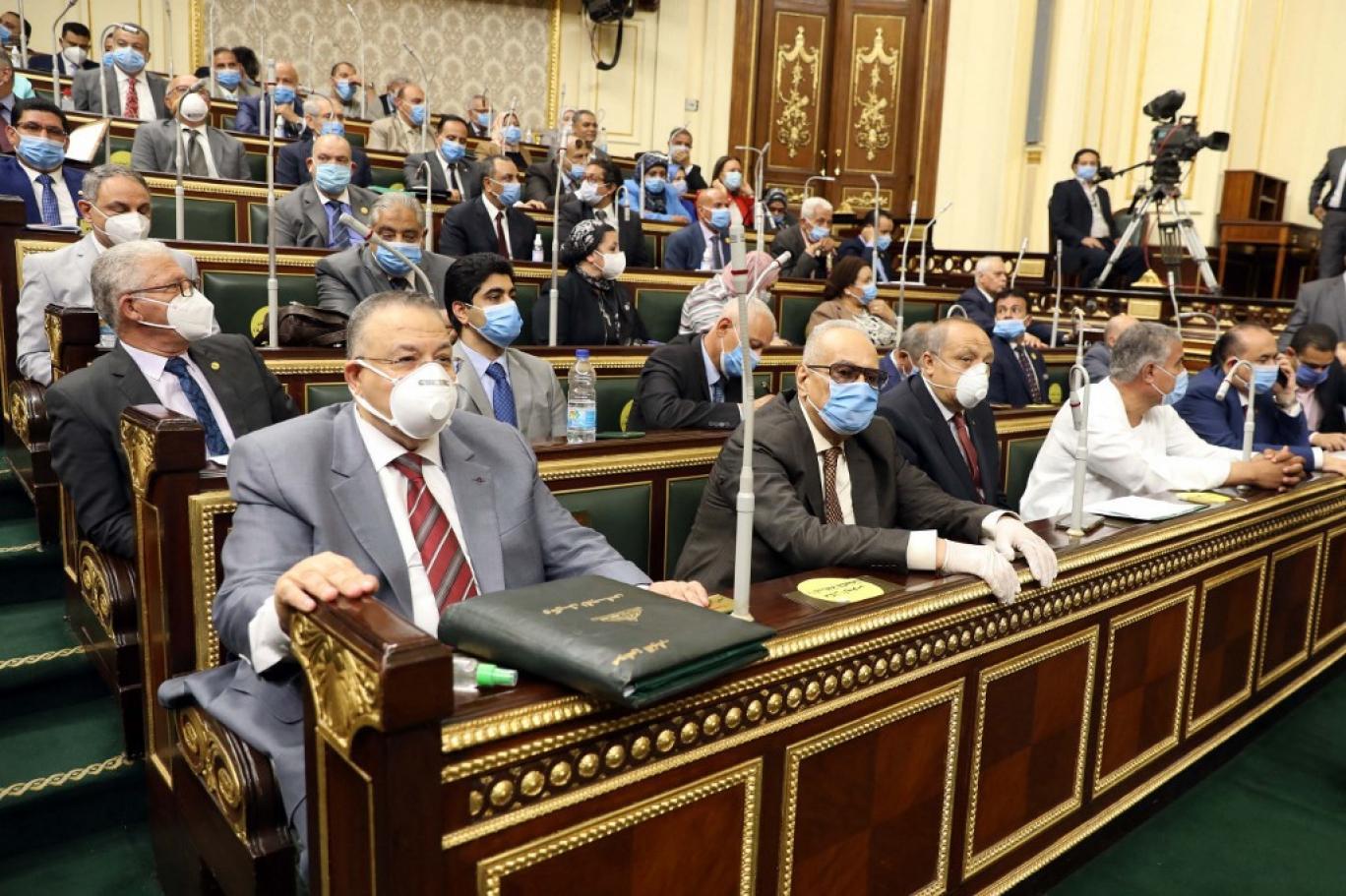 """قانون """"فصل الإخوان"""" يثير الجدل في مصر والسيسي ينكل بمعارضيه"""