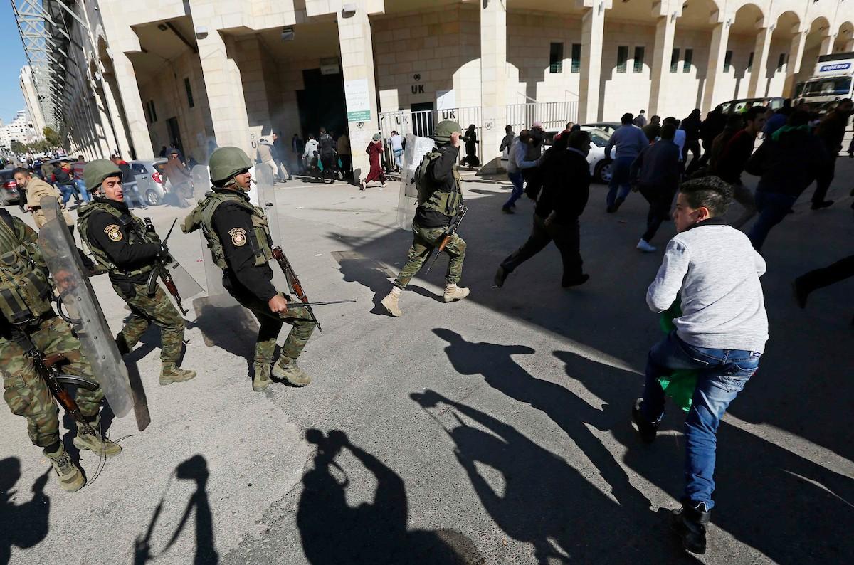 يديعوت: السلطة الفلسطينية تطلب من إسرائيل تزويدها بمعدات لقمع المتظاهرين